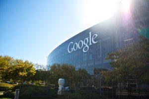 米司法省がついにグーグルに反トラスト法訴訟を起こす|この前日、グーグルの検索エンジンは民主党に有利なように「偏った結果」を表示していると社員が認める動画が公開される