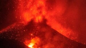 カナリア諸島の火山が「新たな爆発フェーズ」に突入:全フライトを停止【動画あり】